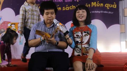 Trẻ em vây kín Đỗ Nhật Nam để nghe kể chuyện bằng tiếng Anh