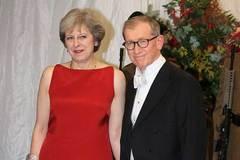 Nữ thủ tướng Anh chia việc nhà với chồng