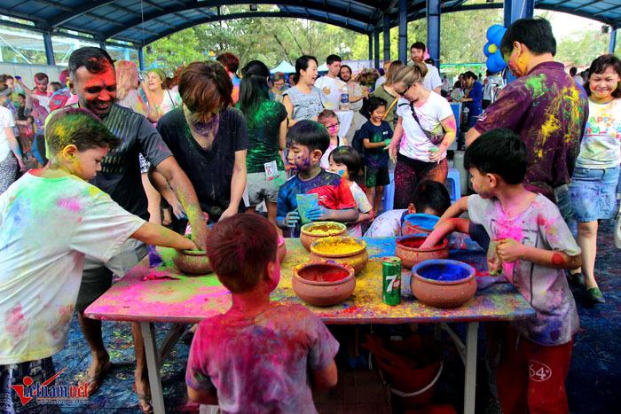 Khoảnh khắc không thể rời mắt trong lễ hội sắc màu Holi