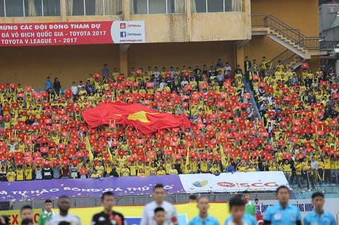 """Hàng nghìn fan nữ Thanh Hoá """"đốt cháy"""" Hàng Đẫy"""