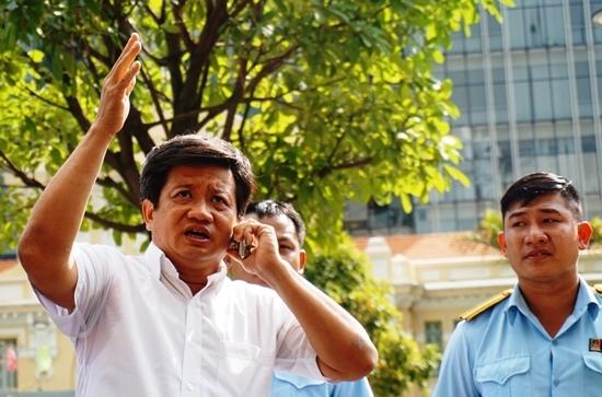 Ông Đoàn Ngọc Hải cho đập bậc tam cấp trên phố Nguyễn Huệ