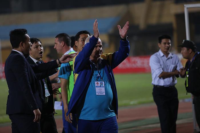 FLC Thanh Hóa bị từ chối bàn thắng, HLV Petrovic đòi 'xử' trọng tài