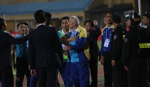 FLC Thanh Hóa bị từ chối bàn thắng, HLV Petrovic đòi