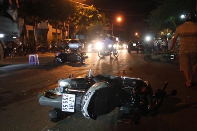 Ô tô tông liên hoàn giữa phố, 8 người bị thương