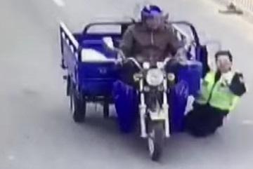 Xe 3 bánh kéo lê cảnh sát 70m, hất ngã chèn qua chân