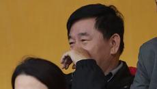 Cùng khán đài VIP, HLV Hữu Thắng đăm chiêu, ông Mùi cười tủm...