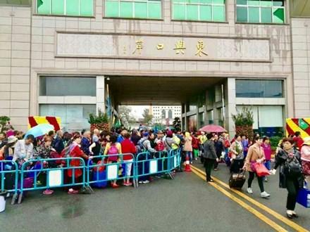 Khách Trung Quốc đông nghẹt ở cửa khẩu Móng Cái và vịnh Hạ Long