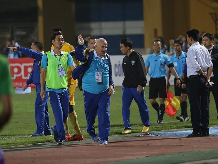 Hà Nội vs Thanh Hoá, V-League, HLV giành cúp C1 châu Âu, HLV Petrovic, trọng tài bị phản ứng