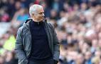 """MU loạn trên sân khách, Mourinho """"giật dây"""" kích động?"""