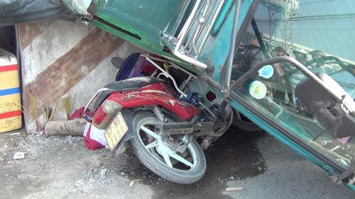 Xe tải lật đè chết cô gái mua nước mía ven đường