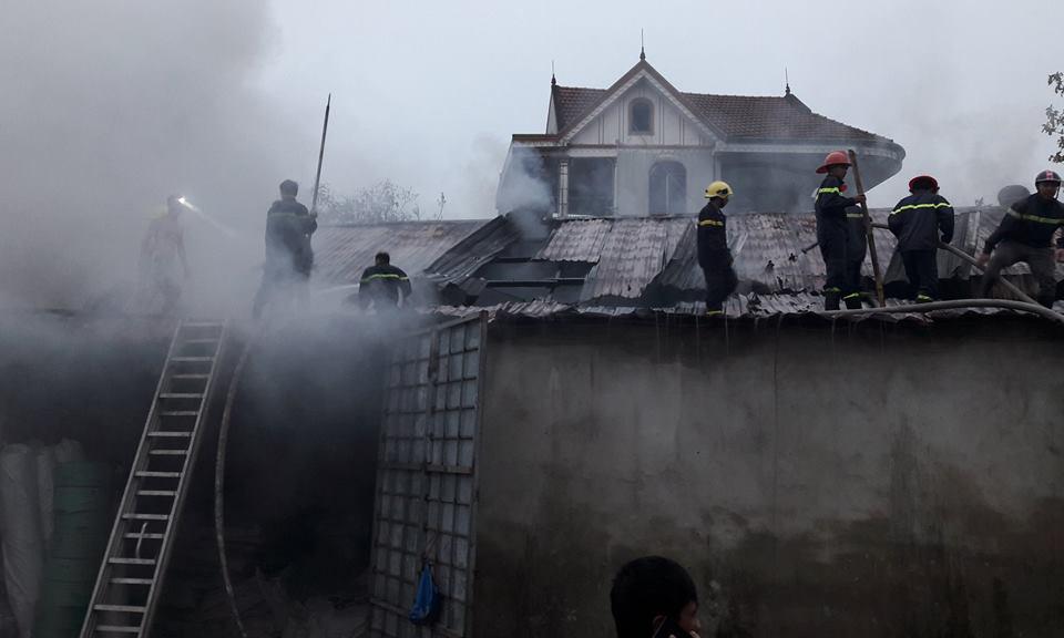 Cháy lớn, kho hàng 2.000m thiêu rụi thành tro