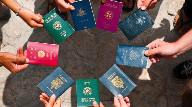 Bí ẩn màu sắc của những cuốn hộ chiếu