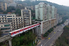 Đoàn tàu đi xuyên qua chung cư 19 tầng