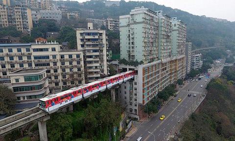Tàu đi xuyên qua chung cư 19 tầng
