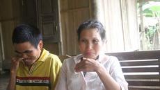 Mẹ nghèo ung thư khóc lặng chăm hai con mắc bệnh thần kinh