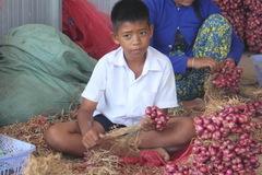 Cậu bé lớp 6 nhòe mắt cầm 20 nghìn tiền công mỗi ngày
