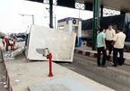 Xe tải kéo sập cabin trạm thu phí, nhân viên bán vé chạy tán loạn