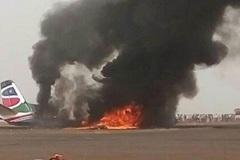 Máy bay chở hàng chục người nổ tung khi hạ cánh