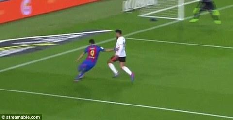 Đi bóng ảo diệu, Suarez khiến đối phương chấn thương