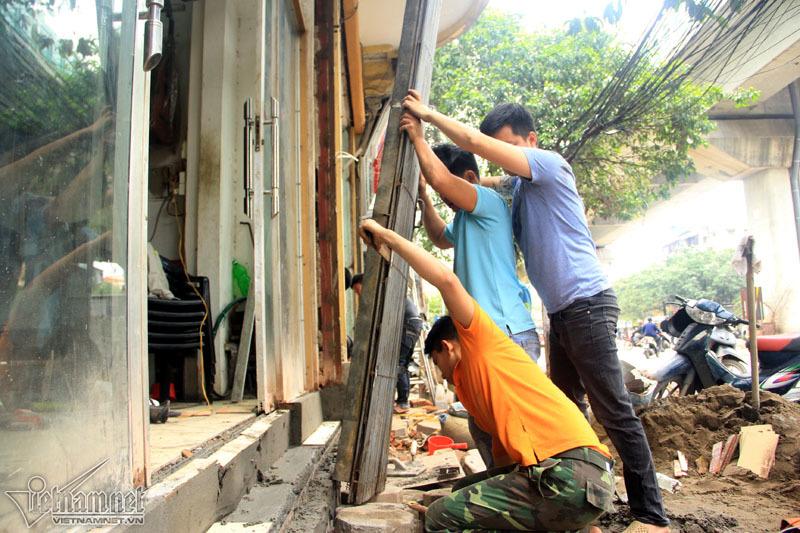 Dẹp vỉa hè, người Hà Nội tự phá cửa nhà