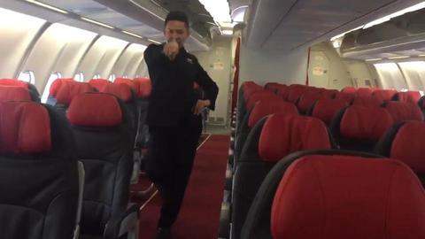 Nam tiếp viên hàng không nổi tiếng nhờ nhảy sexy trên máy bay