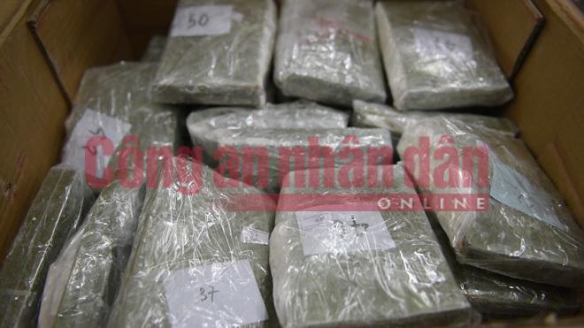Nổ súng, truy đuổi nghẹt thở bắt đối tượng vận chuyển 100 bánh heroin