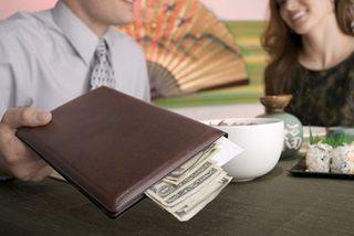 Cay đắng 'cắm' xe, điện thoại trả tiền bữa ăn cho nhóm bạn