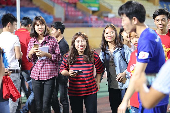 Xuân Trường, Công Phượng mỏi tay ký tặng fan nữ