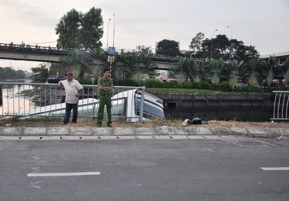 TPHCM, tai nạn giao thông, xe khách lao xuống kênh, kênh Tàu Hủ, thoát chết