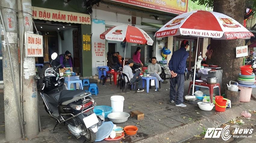 Vỉa hè Hà Nội bị 'xẻ thịt' để cho thuê với giá 'cắt cổ'