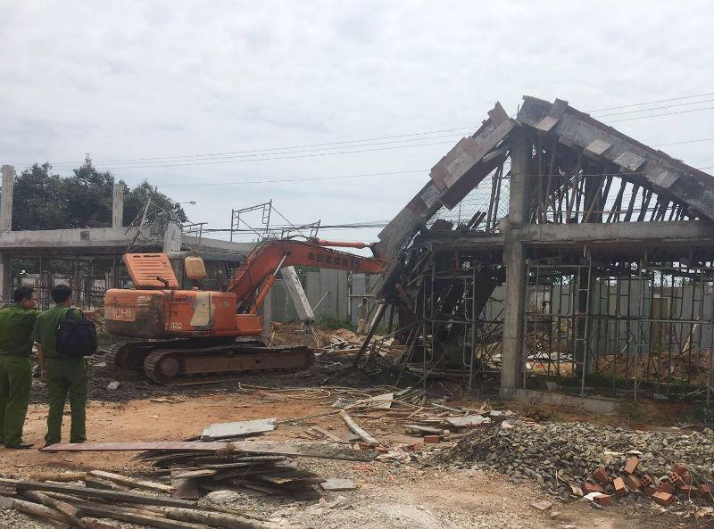 Cổng trường nghề đổ sập, 6 công nhân bị vùi lấp