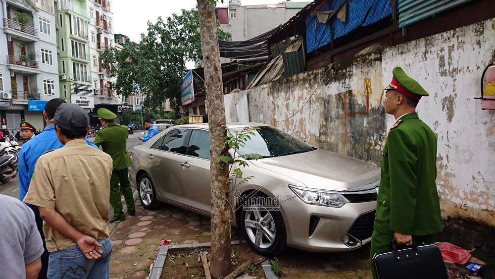 Hà Nội: 1 ô tô đỗ vỉa hè, 4 cơ quan vào cuộc