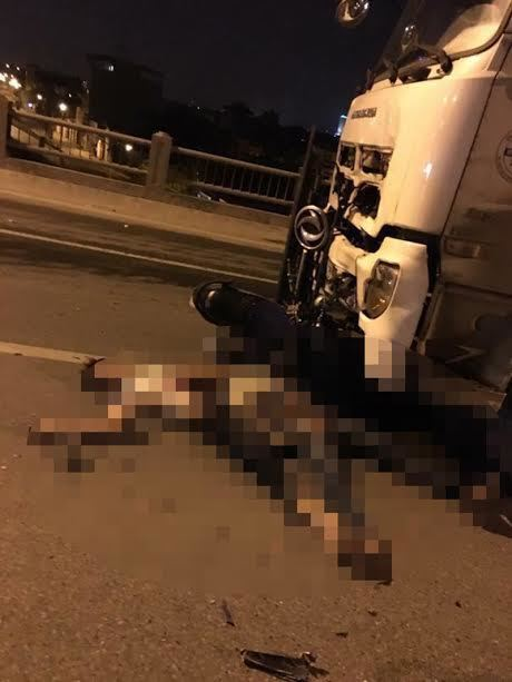 Hà Nội: Xe máy lao trực diện xe bồn, 3 người chết