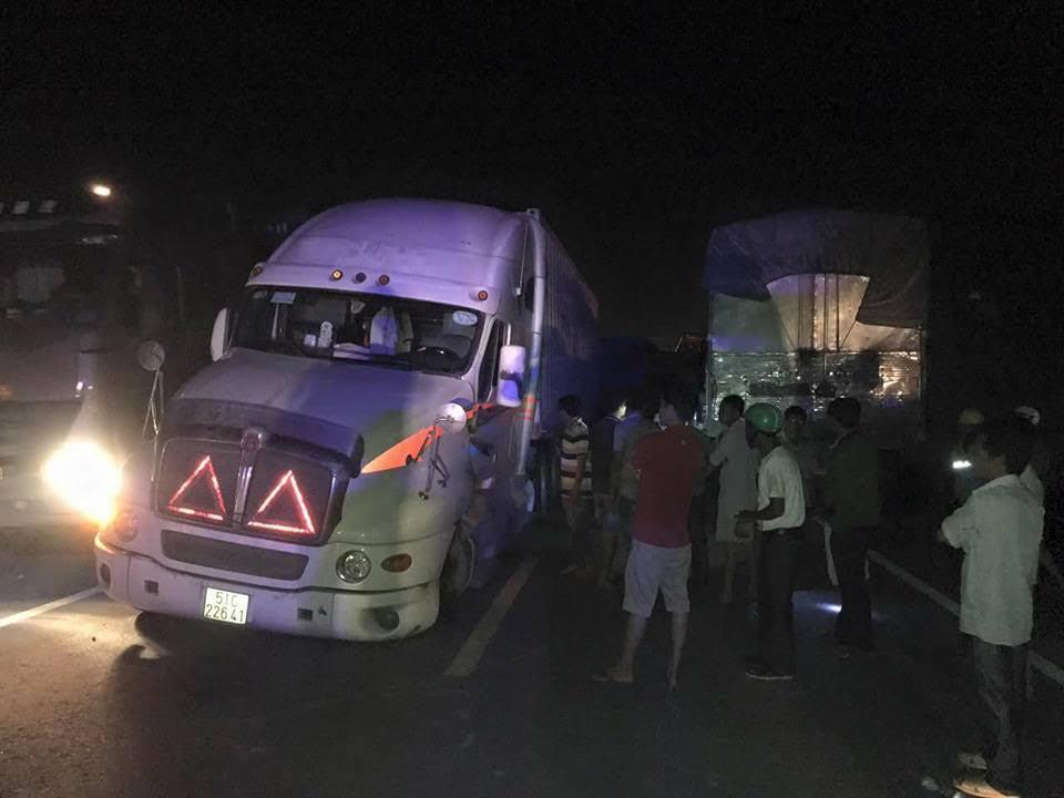 Xe container đang chạy bị rơi bánh, 3 xe tải đâm liên hoàn
