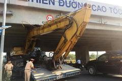 Giải cứu xe 'quá khổ' kẹt cứng gầm cầu vượt cao tốc