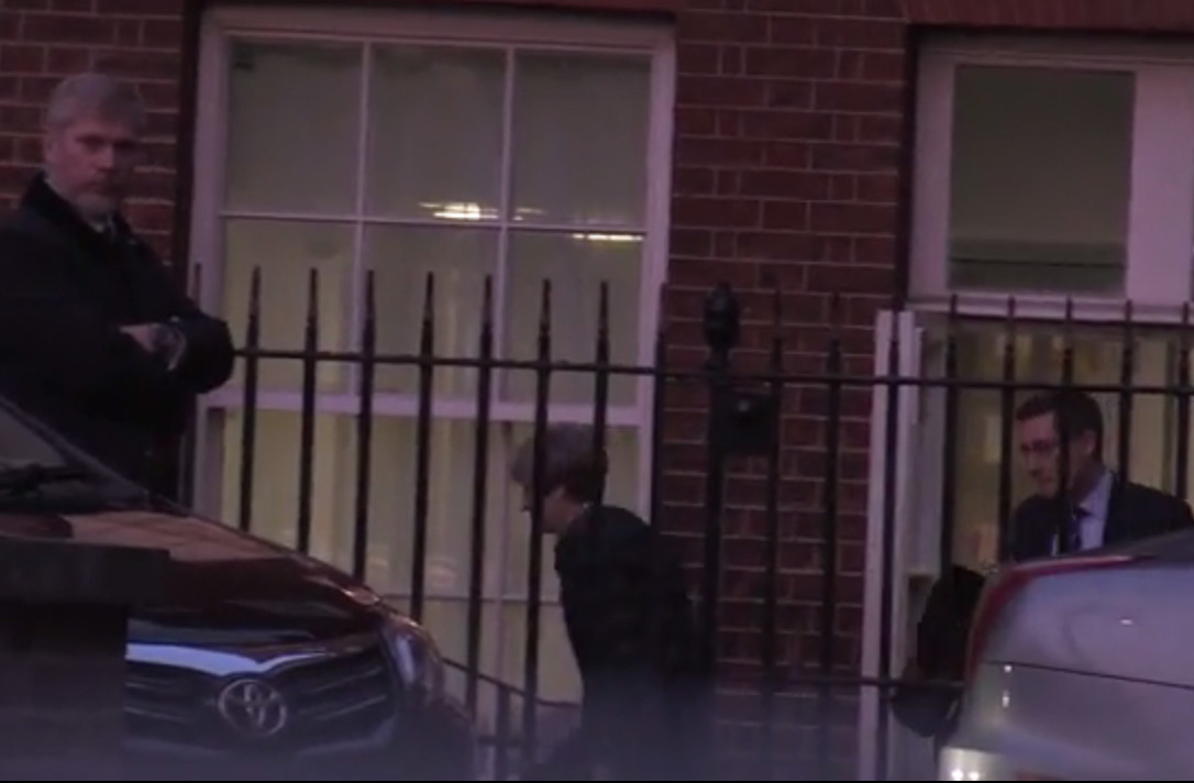 Nữ Thủ tướng Anh được hộ tống rời khỏi điện Westminster