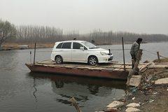 Tài xế thuê phà sang sông để tránh tắc đường