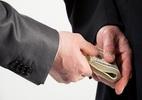 Bắt Trưởng phòng Tư pháp nhận hối lộ 2.400 USD