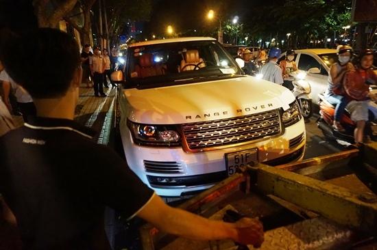Quận 1 cẩu xe Range Rover, phá thềm gara ô tô chiếm vỉa hè