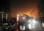 Cháy lớn bùng phát trở lại, hàng trăm cảnh sát trắng đêm dập lửa