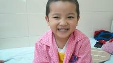 Nụ cười hồn nhiên của bé trai mắc bệnh u não quái ác