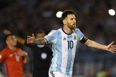 """Messi đòi """"xử"""" trọng tài, Argentina thắng xấu xí"""