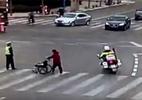 Dân mạng hết lời ngợi khen cảnh sát ngăn xe giúp cụ già khuyết tật