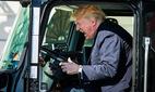 Ông Trump thích thú leo lên xe tải, bấm còi inh ỏi