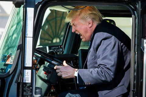 TT Trump thích thú leo lên xe tải, bấm còi inh ỏi