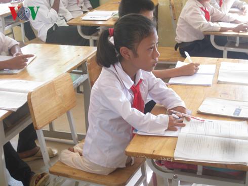 Bé gái không có chân 8 năm vẫn đến trường đều đặn