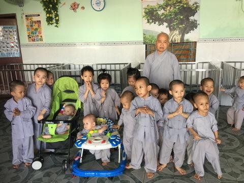 Chuyện nữ sinh mang thai với đại gia gõ cửa chùa xin… đẻ