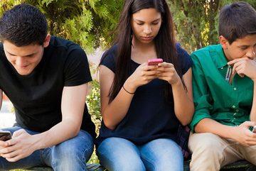 Nghịch lý smartphone: Con kiện mẹ vì bị tước điện thoại