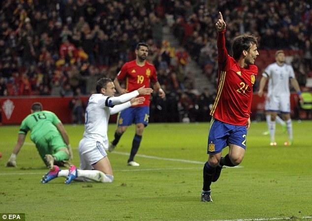'Làm gỏi' Israel, Tây Ban Nha giữ ngôi đầu