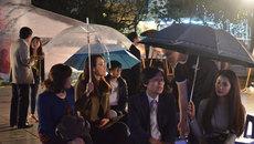 Du khách đội mưa ngồi nghe hò khoan Lệ Thuỷ ở phố đi bộ Hồ Gươm